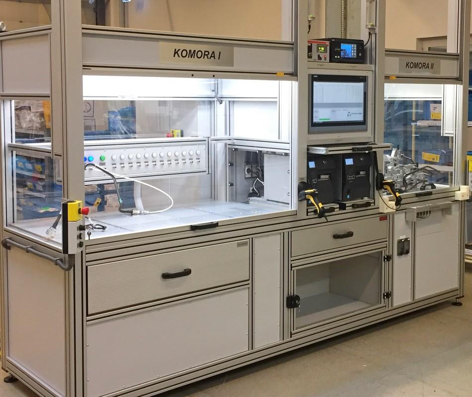 Uniwersalny tester szczelności dla motoryzacji z dedykowanymi komorami do pracy z przyrządami wymiennymi i adapterami